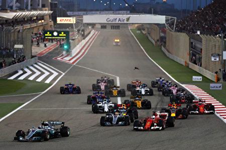 比赛开始后,赛车进入1号弯道时,维特尔驾驶的法拉利赛车超越了汉密尔顿,冲到了第二位。 (Lars Baron/Getty Images)