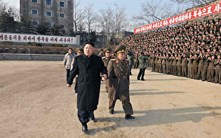 """据路透社报导,在朝鲜平壤的外国记者12日被官员告知,要为13日的""""大事""""做准备。这不禁引人联想,朝鲜是否将有什么大的异动。图为金正恩2014年在一次阅兵式上。(KNS/AFP/Getty Images)"""
