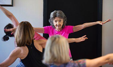 2017年1月16日,98歲的瑜伽師道‧波爾瓊-林奇(Tao Porchon-Lynch)在紐約州威斯特徹斯特縣哈特斯戴爾教授瑜伽課。她是最年長瑜伽教練的吉尼斯世界紀錄保持者。(DON EMMERT/AFP/Getty Images)
