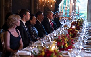 周四晚,川普夫妇在私人庄园马拉阿哥宴请习近平夫妇。第一千金伊万卡和她的丈夫、总统高级顾问库什纳也出席了晚宴。 (Photo credit should read JIM WATSON/AFP/Getty Images)