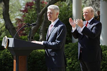 戈萨齐周一(4月10日)将在白宫宣誓就任大法官。戈萨齐成为大法官,将令最高法院的力量平衡恢复到斯卡利亚去世之前的状态。(Photo by Chip Somodevilla/Getty Images)