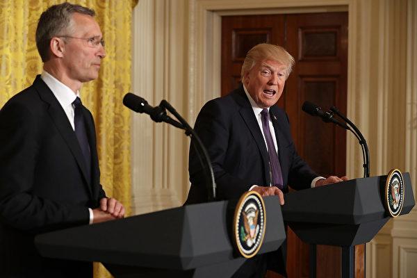 特朗普(右)稱敘利亞總統阿塞德為「劊子手」,並表示,該是結束敘國「殘酷」內戰的時候了。圖左為北約秘書長斯托爾滕貝格。(Chip Somodevilla/Getty Images)