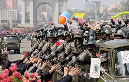 突击队员戴露指手套。(STR/AFP/Getty Images)
