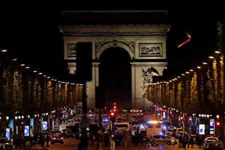 巴黎香榭麗舍大街20日晚間驚傳槍響。(THOMAS SAMSON/AFP/Getty Images)