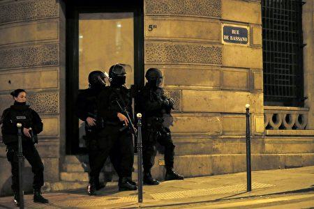 現場氣氛緊張,警察不敢大意。(THOMAS SAMSON/AFP/Getty Images)