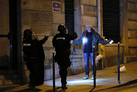 警察盤查行人。(THOMAS SAMSON/AFP/Getty Images)