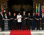 2017年4月29日,在菲律宾马尼拉举行的第30届东盟峰会第二天,传出经其他会员国抗议,原未列入声明草案中的南海问题将重新列入。本图为东盟各会员国代表合影。(MOHD RASFAN/AFP/Getty Images)