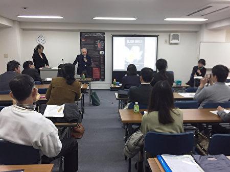 人权律师麦塔斯3月25日参加在日本大阪举行的纪录片《活摘》放映会,并就对中共活摘法轮功学员器官的调查进行讲解。(大纪元)