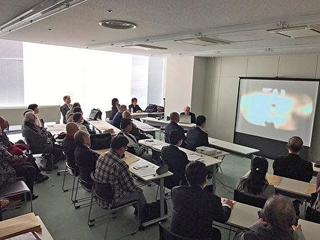 3月23日在静冈县静冈市上映《活摘》时,逾三十多名包括市议员及前国会议员等的日本观众,闻讯赶来了解真相。(大纪元)
