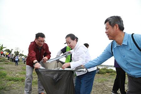 嘉义县长张花冠(右2)22日率队在布袋高跟鞋教堂旁沙滩进行净滩活动。(嘉义县政府提供)