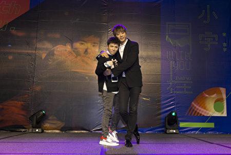小宇(宋念宇)日前在台北發片記者會上,歌手信(右)現身祝賀。(華納提供)