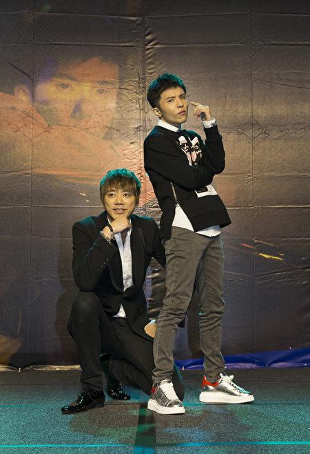 小宇(宋念宇)日前在台北發片記者會上,歌手信現身祝賀。(華納提供)