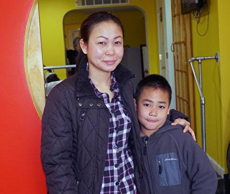 8歲的Nick行走不便,第一次隨母親來OPT南費城物理治療中心接受物理治療。(周琪/大紀元)
