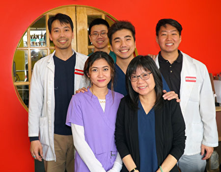 OPT南費城物理治療中心Binh Nguyen平醫生(後左一)和部分員工合影。後右一為Chris Park樸醫生;前右一為會講廣東話和國語的金太。(周琪/大紀元)