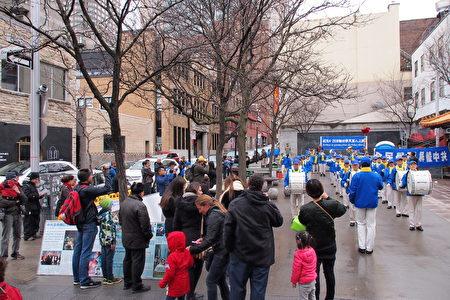 4月22日,加拿大魁北克省的部分法輪功學員在蒙特利爾唐人街集會,紀念1999年4月25日萬名法輪功學員和平大上訪,並呼籲停止中共對法輪功的迫害。眾多遊人駐足觀看,了解法輪功真相。(易柯 / 大紀元)