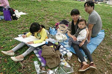 新竹市举办劳工亲子户外写生,除了参赛的小朋友,还有家人陪同,近千人参加。(新竹市府提供)