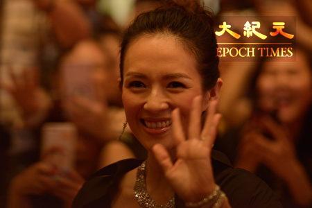 大陸女星章子怡出席金像獎頒獎禮,為獲獎者頒獎。(楊禮楨/大紀元)