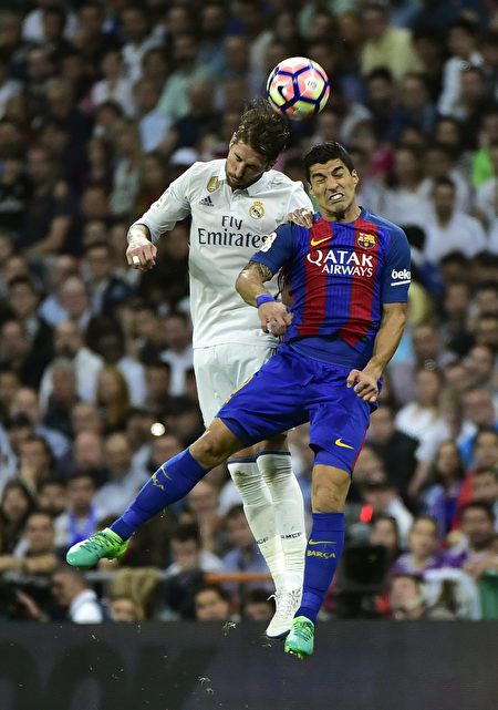 西班牙國家德比不會令球迷失望。圖為雙方球員爭頂瞬間。 (GERARD JULIEN/AFP/Getty Images)