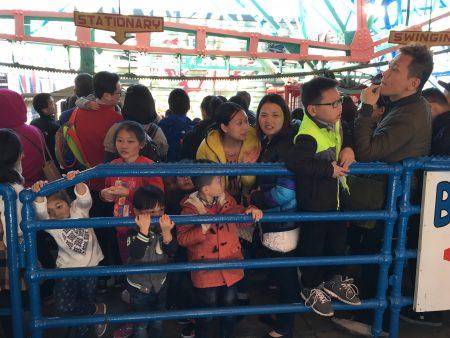 为了能免费体验一把摩天轮,不少人早上八九点钟就来门口排队了。剪裁仪式一结束,人群像潮水一样涌进来。而且绝大多数是华人。