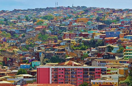 瓦尔帕莱索当地色彩缤纷的屋瓦建筑。(Michelle Maria/CC/Pixabay)