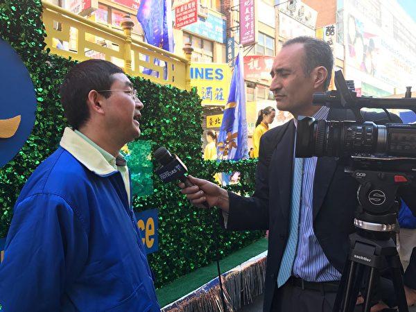 NY1电视台采访四二五亲历者石采东。(施萍/大纪元)