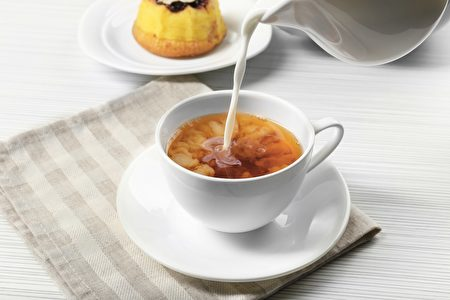 有研究提出,牛奶会改变茶的抗氧化活性和保健效力。(Africa Studio/Shutterstock)