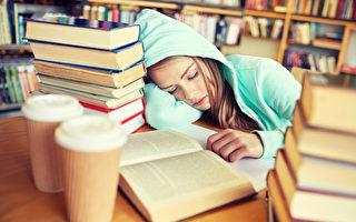 中学生睡不够危害多 睡眠专家们吁8点半开课