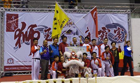 """南狮高桩赛由""""新加坡艺威体育会""""赢得师王宝座。(简源良/大纪元)"""