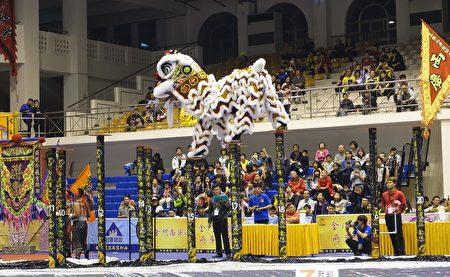 南狮高桩赛的指定桩阵最高高达2.5公尺,各桩之间隔距离最远达1.8公尺,使观众们不经捏一把冷汗。(简源良/大纪元)