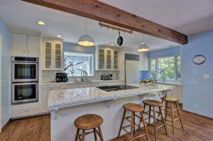 這個廚房的顏色偏冷色,沒有溫馨感。(Alain Pinel房地產經紀Jane Wei提供)