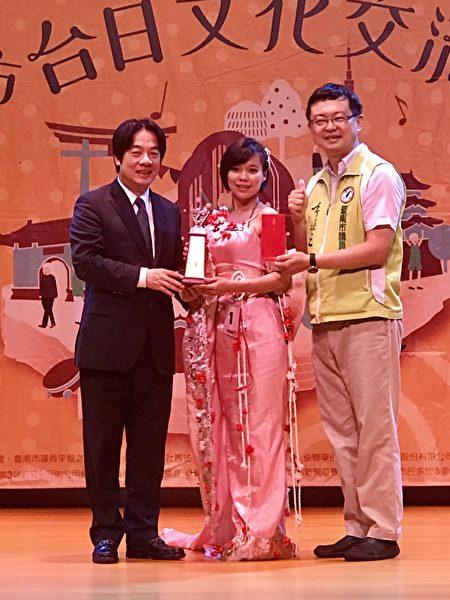 台南市長賴清德(左)頒獎給「2017台南市台日文化交流歌唱大賽」社會組冠軍蘇金羚(中),右為台南市議員李退之。(台南市議員李退之服務處提供)
