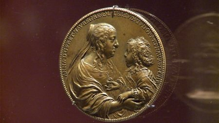 王后抱著7歲大的路易十四。