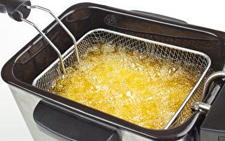 不要伤肝就要少吃油炸少吃盐。图为烹饪油炸锅炸薯条(fotolia)