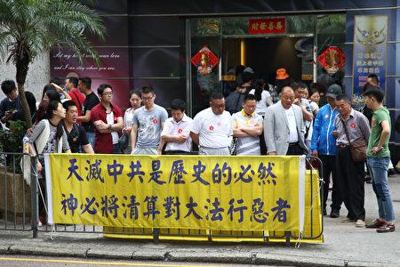 图说:香港九龙红磡家维邨附近真相点,吸引许多大陆游客了解真相。。(李逸/大纪元)