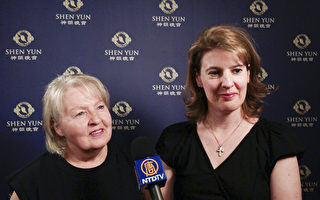 5月5日晚,Renee Marton和母親Vera Marton在維也納城堡劇院觀看了神韻演出。(新唐人電視台)