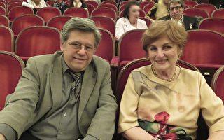 2017年5月5日晚,退休建築設計師Mihai Popesko和朋友Luminiza Nielsen及高中學生Peter Steffel一起觀賞了神韻世界藝術團在奧地利首都維也納城堡劇院的演出。(安然/大紀元)
