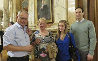 2017年5月6日晚,奧地利著名醫學教授Martin Breitenseher攜全家觀賞了神韻世界藝術團在奧地利首都維也納城堡劇院的演出。(安然/大紀元)