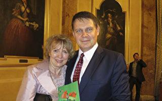 銀行副總裁Robert Denks和太太Margit於2017年5月6日晚觀看了美國神韻世界藝術團在奧地利首都維也納城堡劇院上演的第三場演出。(黃芩/大紀元)