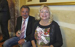 退休車行老闆Otto Parizek和太太Paula Parizek觀看了美國神韻世界藝術團於2017年5月6日晚上在奧地利首都維也納的第三場演出,認為演出精采絕倫。(黃芩/大紀元)