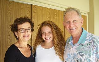 "Mark Desmarais(右一)携女儿Jessie、太太Nicky欣赏了神韵:""这场演出让我们领略到了中国博大精深的传统文化,这真是太好了。""(于丽丽/大纪元)"