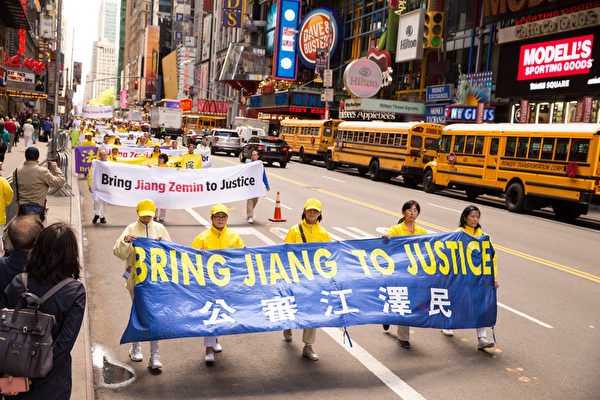 2017年5月12日,纽约万人庆祝法轮大法日,大游行队伍横穿曼哈顿。(戴兵/大纪元)
