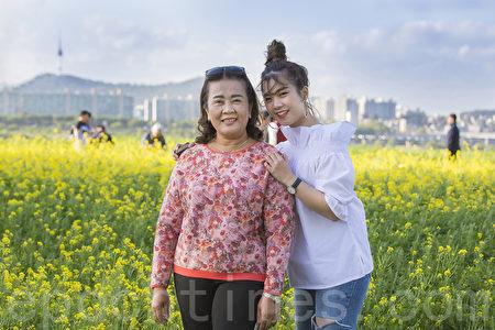 五月中旬的韓國首爾漢江瑞來島(瑞草區盘浦地區)金黃的油菜花於漢江形成風景如畫的美景。圖為泰國遊客在拍照留念。(全景林/大紀元)