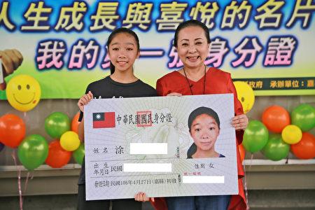 国中生初领身份证,嘉义县长张花冠(右)勉励要学习负责任。(嘉义县政府提供)