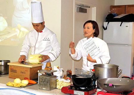 厨艺老师李怡君(右)、廖昱翔现场厨艺展示。(贝拉/大纪元)