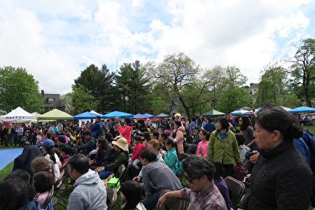 各式摊位林立,吸引超过千位侨胞及主流社会各界人士参加。 (侨教中心提供)