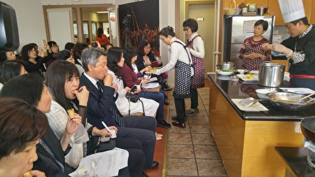 2017年温哥华台湾美食厨艺巡回讲座现场,嘉宾与来宾品味美食。(邱晨/大纪元)