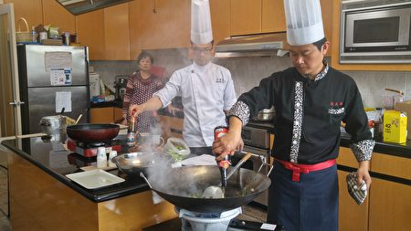 2017年温哥华台湾美食厨艺巡回讲座现场,两位名厨温国智与李建轩无私的传授烹饪秘诀。(邱晨/大纪元)