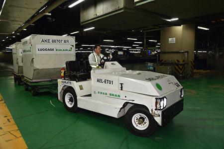 桃機公司5日表示,預計協調桃勤、長勤公司汰換柴油行李拖車,改為環保電動車(圖),以落實環保綠能。(桃機公司提供)