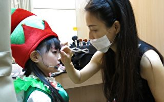 马家驹为剧团演出的小朋友彩妆。(马家驹提供)
