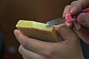 吳沛書展示皂與蜜完美分離法製皂優質,獲得銅獎,超越法國名牌皂。 (許享富/大紀元)
